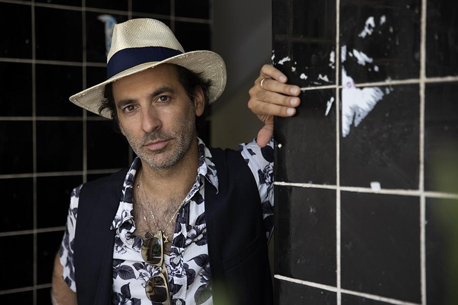 השחקן והזמר יונתן רוזן, מוציא עכשיו שיר חדש. xnet